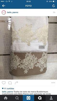 Toalha da marca Budemaier com aplicação de guipir em tecido de fustão Beaded Embroidery, Hand Embroidery, Embroidery Designs, Decorative Hand Towels, Towel Crafts, Luxury Towels, King Bedding Sets, Bath Linens, Bathroom Towels
