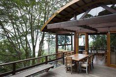 O arquiteto Silvio Sant´Anna, do escritório Vidal & Sant´Anna Arquitetura, teve que vencer a burocracia e o declive do terreno para executar o projeto desta casa ambientalmente sustentável. Informações: (11) 3256-2977