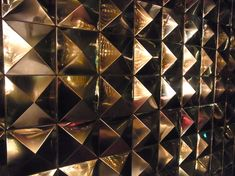 3D装飾メタリックモザイクタイル「Pyramid mosaic tile Gold」施工事例/店舗壁面装飾