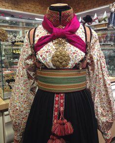 Vi har eit stort utval av tilbehøyr til bunader bl. Tribal Dress, Wedding Costumes, Folk Costume, Diy Clothing, Festival Wear, Traditional Dresses, Dance Wear, Norway, Hair Beauty