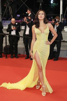 Irina_Shayk_Hikari_Radiance_Red_Carpet_Arrivals-4