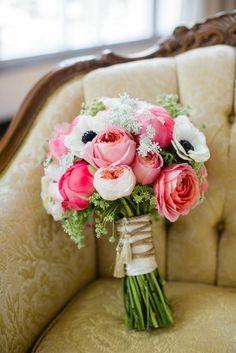 eine fantastische Blumengestaltung auf dem Stuhl
