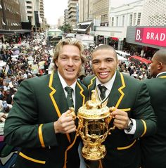 South African players with the Webb Ellis trophy Springbok Rugby Players, South African Rugby, Rugby Men, Beefy Men, All Blacks, Rugby World Cup, My Childhood Memories, Football, Afrikaans