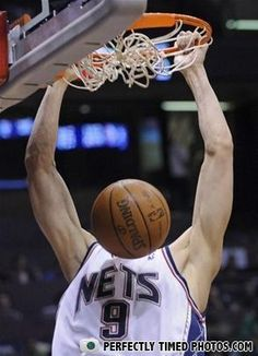 25 Perfectly Timed Photos-- these are the best HAHAHA I Love Basketball, Basketball Funny, Funny Images, Funny Photos, Cool Photos, Funny Sports Pictures, Perfectly Timed Photos, Strange Photos, Basket Ball