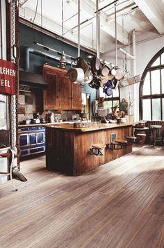 küche mit kochinsel aus holz - attraktive hängende pfannen