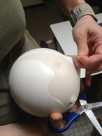 paaseieren maken van ballon gevuld met gips. op site duidelijke gebruiksaanwijzing LET OP dat er GEEN gips in de afvoer komt, dit leid tot verstopping.
