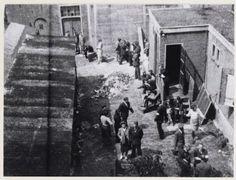 Nederland, Amsterdam, juli 1942. De eerste joodse burgers moeten zich melden voor arbeid in Duitsland bij de Hollandse Schouwburg.