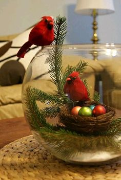 Las peceras de cristal pueden resultar muy útiles para crear hermosas decoraciones navideñas usando elementos típicos como esferas, piñas, ...