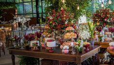 mesa com vários bolos de casamento