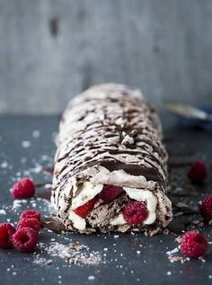 Raspberry Roulade - would probably make a great birthday cake Köstliche Desserts, Delicious Desserts, Dessert Recipes, Yummy Food, Frosting Recipes, Raspberry Roulade, Raspberry Meringue, Food Porn, Cookies Et Biscuits