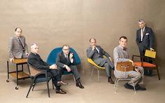 """De izquierda a derecha: George Nelson, Edward Wormley, Eero Saarinen, Harry Bertoia, Charles Eames, Jens Rison.  LA EDAD DE ORO DEL COMFORT   """"Hoy en día, la gente se sienta de otra manera que en la era victoriana"""". Son palabras del arquitecto Eero Saarinen,"""
