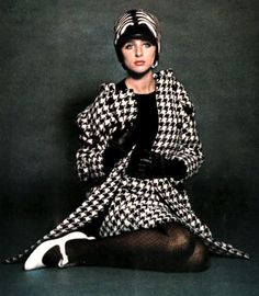 Photo by Bailey Vogue UK 1965 black and white houndstooth suit dress jacket skirt hat shoes mid mod girl looks Sixties Fashion, Mod Fashion, Fashion Photo, Vintage Fashion, Vintage Style, 60s Vintage Clothing, Vintage Outfits, Vintage Dress, David Bailey Photography