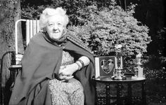 "1963 English actress Margaret Rutherford with her Oscar and Golden Globe for Best Supporting Actress Oscar in ""The V. Margaret Rutherford, Jack Lemmon, English Actresses, British Actresses, Santa Monica, Detective, Agatha Christie's Marple, Ed Begley, Actor Secundario"