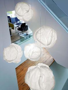 gro e pendelleuchten im esszimmer moderne h ngelampen treppenhaus holz bodenbelag glas. Black Bedroom Furniture Sets. Home Design Ideas