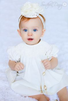 Take pictures of your baby in her grandmother's dress. 20 Weeks Pregnant, Baby Faces, Children And Family, Beautiful Dolls, Family Photographer, Family Portraits, Baby Dolls, Maternity, Flower Girl Dresses