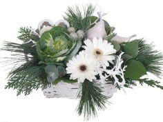 Een mooi wit kerststuk laten bezorgen? Dit moderne kerststuk is gevuld met verse bloemen en word een pareltje op uw dinertafel!