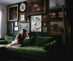 Decorating with wall art is the easiest way .-Eine Dekoration mit Wandkunst ist die einfachste Möglichkeit, das Aussehen Ihre… Decorating with wall art is the easiest way to change the look of your home, # look # simplest - Dark Living Rooms, Home And Living, Living Room Designs, Living Room Decor, Bedroom Decor, Room Inspiration, Interior Inspiration, Green Sofa, Green Velvet Sofa