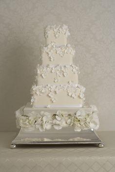 Peggy Porschen 'Tumbling Hydrangeas' Photography by Georgia Glynn Smith View wedding cake collection http://www.peggyporschen.com/wedding-cakes