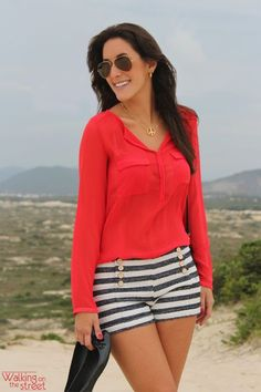 Look navy camisa vermelha short listras azul e branco acessórios preto