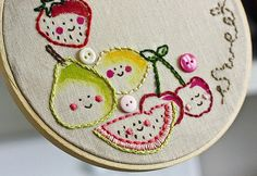 Frutas bordadas en servilleta