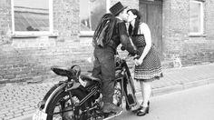Wenn Hendrik Ziemke in seiner Schornsteinfeger-Kluft auf seiner schwarzen Touren-AWO posiert, bleibt Frauen der Atem weg. Der Typ ist aber kein Model, er ist wirklich Schornsteinfeger. Und sein Herz ist schon längst vergeben – an Maria und sein Kult-Motorrad. In welcher Reihenfolge?