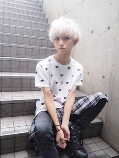 Pin by edon 無 実 on 髪 in 2019 boy hairstyles, japanese boy, h Boy With White Hair, Silver White Hair, Silver Hair Boy, White Hair Men, Genderless Kei, Pretty People, Beautiful People, Mode Lolita, Aesthetic People