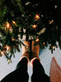 Cute pose ideas for Christmas pictures ⋆ Lu Amar. Cute pose ideas for Christmas pictures ⋆ Lu Amaral Studio We Heart It Christmas, Christmas Mood, Christmas Lights, Xmas, Christmas Shopping, Christmas Tumblr, Merry Christmas Pictures, Instagram Christmas, Christmas Photography