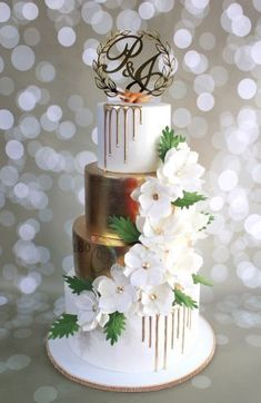 A 4 tier beauty for P&J's wedding created recently ! Classic white and gold theme , with a touch of modern wedding cake design, adorned with the cascading sugar flowers and trending gold drips ! One o f my favourite for this season !...
