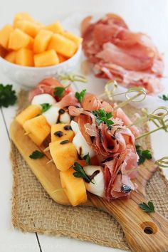 8 No-Cook Appetizers For Your Thanksgiving Spread Try combining melon, proscuitto, and mozzarella skewers to create a Thanksgiving crowd-pleasing, easy-to-eat dish. No Cook Appetizers, Appetizers For Party, Appetizer Recipes, Delicious Appetizers, Skewer Recipes, Simple Appetizers, Skewer Appetizers, Party Fingerfood, Appetizer Ideas