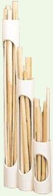 Muitas vezes mantemos vários sarrafos e molduras de tamanhos diferentes guardados para usar mais tarde. Para armazenarmos mais facilmente este material, podemos criar um suporte simples. O suporte consiste em pedaços de tubo de PVC de 75 ou 100 mm, de parede grossa, que podem ser cortados em vários tamanhos - veja a imagem ao lado. Mesmo que uma peça seja muito pequena ela ainda fica visível numa janelinha lateral feita nos tubos. Ao cortar esta abertura na serra de fita, uma boa idéia para…