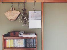 レトロな団地でお洒落に気ままに。自分らしいインテリアで丁寧な暮らしを楽しむ | folk Floating Nightstand, Magazine Rack, Cabinet, Bedroom, Storage, Interior, Table, Furniture, Home Decor