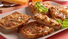 Drevorubačské hrianky: Zapekaný chlieb so salámovou plnkou Potrebujeme: 100 g šunkovej salámy 200 g strúhaného tvrdého syra 1 vajce 50 g kečupu 2 strúčiky cesnaku sušená bazalka sušený majorán hriankový chlieb | DobreJedlo.sk