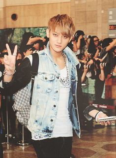 Tao oppa is looking cool yet fly here~ kekeke i love it~ <3 and his airport fashion is simple yet awesome~~~