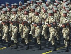 Na archívnej snímke pochod iránskej vojenskej jednotky