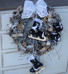 Noční bruslení Větší věneček s brusličkami a háčkovanou mašlí, průměr 31 cm. Hanukkah, Wreaths, Halloween, Home Decor, Decoration Home, Room Decor, Halloween Labels, Bouquet, Spooky Halloween