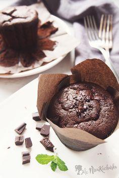 Jednoduché čokoládové muffiny s nutelou - Včera som dostala neskutočnú chuť na muffiny, tak som nazrela do chladničky a na základe jej obsahu vytvorila tieto jednoduché čokoládové muffiny s nutelou. Muffiny ma bavia najmä preto, že sa dajú pripraviť na milión spôsobov, v lete s čerstvým ovocím a v zimných obdobiach s náplňou z domácej nutely či arašidovým/mandľovým maslom. Cheesecake Cupcakes, Chocolate Muffins, Panna Cotta, Nutella, Food And Drink, Pudding, Bread, Baking, Health
