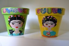 Macetas Frida * Tutti i Fiocchi * Feria Central Clay Pot Projects, Craft Projects, Painted Clay Pots, Ceramic Pots, Its My Bday, Craft Corner, Mexican Folk Art, Diy Clay, Painted Signs