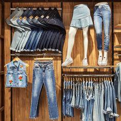 denim Want Free Money? Boutique Interior, Clothing Store Interior, Clothing Store Displays, Clothing Store Design, Boutique Decor, Shop Interior Design, Fashion Boutique, Cabine Diy, Denim Display