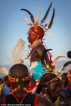 Incroyable: Samburu hommes en plumes coiffures
