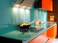 decoration cuisine-façade meuble laque orange, plan de travail et crédence en verre fumée, hotte inox