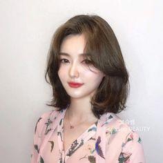 Haircuts For Medium Length Hair, Medium Hair Cuts, Short Hair Cuts, Medium Hair Styles, Curly Hair Styles, Face Shape Hairstyles, Pretty Hairstyles, Korean Hair Color, Korean Short Hair