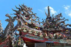 台湾・台北 龍山寺は、仏・儒・道教の神々と龍が存在する