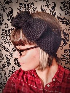 Free pattern for a quick chunky knit earwarmer with an big bow on it. Super fast and fun to knit. The perfect last minute gift!