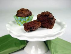 Yum Yum Brownie Muffins from Hungry Girl ~ Uses pumpkin puree instead of eggs and oil. Simple Devil Food Cake Mix recipe with lower calories and fat! Brownie Muffin Recipe, Fudge, Chocolate Pumpkin Muffins, Pumpkin Brownies, Chocolate Snacks, Chocolate Cupcakes, Chocolate Chips, Low Calorie Chocolate, Craving Chocolate