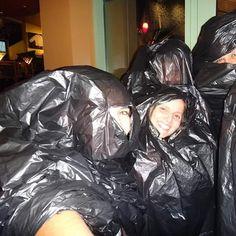 """O que fazer quando se está na rua cai a maior chuva e você tem uma meia maratona no dia seguinte e uma maratona dois dias depois???? """"Se guardar"""". Estávamos na #Disney para o #desafiododunga quando...  #thefabulousproject #guardado #viajarcorrendo #viagem #trip #instatravel #instabloggers #blogsdeturismo #blogsdeviagem #globetrotter #worldtraveller #retrip #viciadaemviagem #maniadeviagem #corrida #run #corredorescariocas #viciadosemcorridaderua #instarunners #maniadecorrida #blogsdecorrida…"""