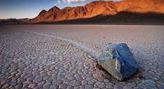 raros fenômenos-Rochas deslizantes- As misteriosas pedras ambulantes do deserto de lama batida do Vale da Morte, na Califórnia, são motivo de controvérsia científica há décadas. Elas são rochas de tamanhos e formatos variados, algumas pesando centenas de quilos, que chegam a se mover por quilômetros e mais quilômetros sem algum motivo aparente, deixando um rastro atrás de si. Skylab