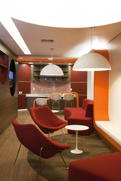 Café, Área de Descompressão, Espera, Reuniões Rápidas, Bate Papo. Conheça as inúmeras possibilidades de como usar sofás booth no seu escritório para transformá-lo em um ambiente moderno. Acesse!