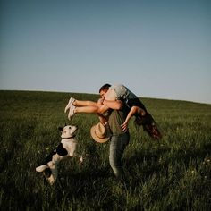 Couples session inspiration with a dog in a field by Evie Rupp - Evelyn Grace Photos - Chien