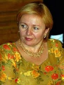 Lyudmila, with autumn coloring shines in gold, unlike Larisa who's a summer, and shines in silver. Lyudmila looks good in a feminine, shiny style--typical of theatrical romantics. Lyudmila Putina, Real Wife, Vladimir Putin, Soft Classic, Beautiful World, Im Not Perfect, Feminine, Romantic, Image Search