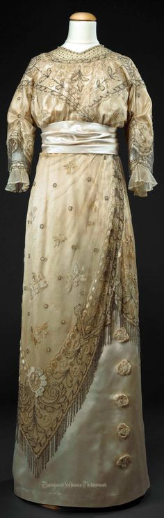 Evening dress ca. 1910–20. Cream silk; cream silk thread; beads; imitation pearls. Photo: José Pessoa. Museu Nacional do Traje e da Moda, Lisbon